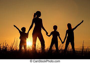 familia feliz, posición, en, el, park.