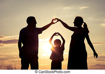 familia feliz, posición, en el parque, en, el, ocaso, time.