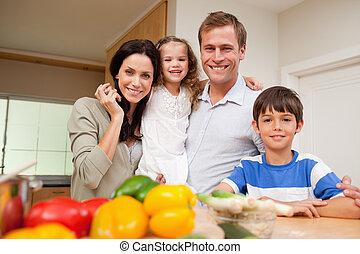 familia feliz, posición, en la cocina