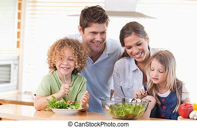 familia feliz, preparando, un, ensalada, juntos
