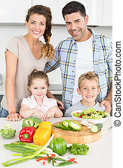 familia feliz, preparando, vegetales, juntos