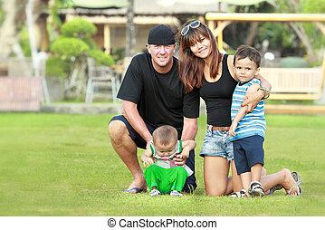 familia feliz, relajante, en el jardín