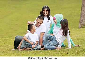 familia feliz, retrato, aire libre