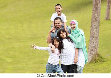 familia feliz, retrato, al aire libre
