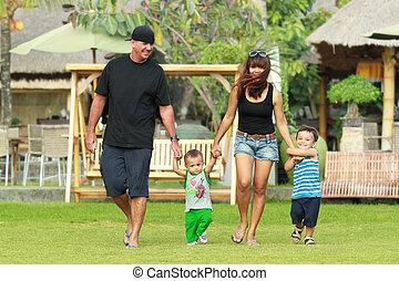 familia feliz, retrato, en el parque