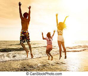 familia feliz, saltar, en la playa