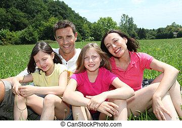 familia feliz, sentado, en el estacionamiento