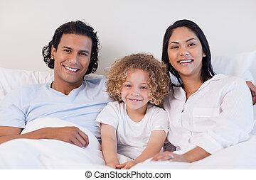 familia feliz, sentar cama, juntos