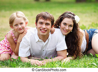 familia feliz, tener diversión, aire libre