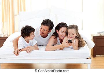 familia feliz, tener diversión, en el dormitorio