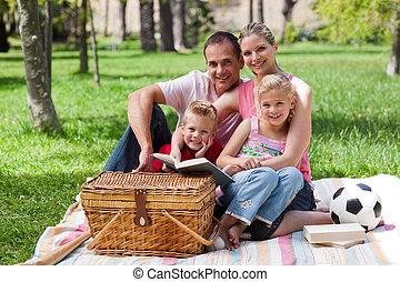 familia feliz, tener diversión, en, un, parque