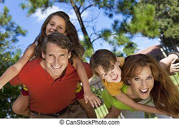 familia feliz, tener diversión, exterior, en el estacionamiento