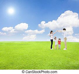 familia feliz, tener diversión, juntos, con, campo verde, nube, plano de fondo