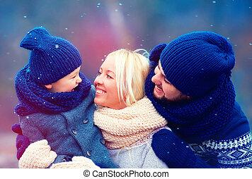 familia feliz, tener diversión, juntos, debajo, invierno, nieve