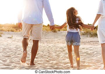 familia feliz, tener diversión, juntos, en, el, playa.