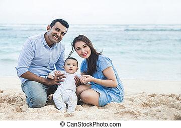 familia feliz, tener diversión, juntos, mientras, vacaciones, en la playa