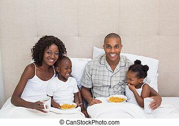 familia feliz, teniendo, desayuno en cama, juntos, en, el, mañana