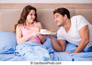 familia feliz, teniendo, desayuno en cama