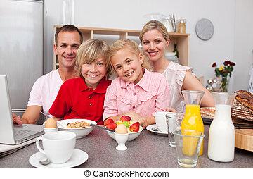 familia feliz, teniendo, desayuno, juntos