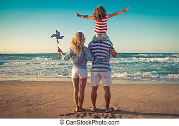 familia feliz, teniendo, diversión de verano, vacaciones