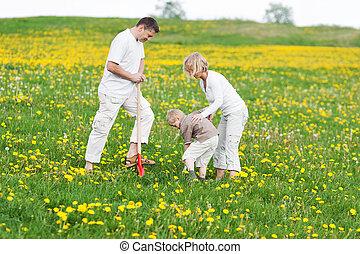 familia feliz, trabajando, con, un, pala, en, herboso, campo