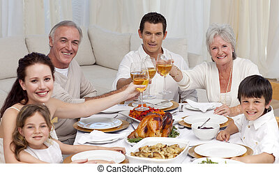 familia feliz, tusting, con, vino, en, un, cena