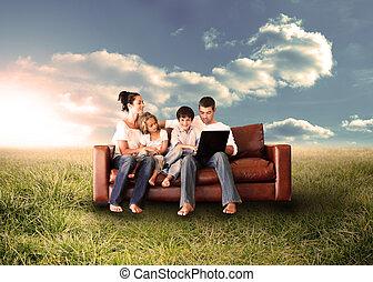 familia feliz, utilizar, el, computador portatil, en, un, campo