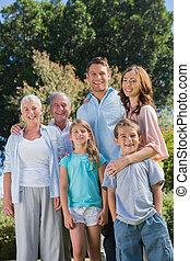 familia feliz, y, abuelos, en el campo