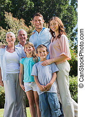 familia feliz, y, abuelos, en el parque