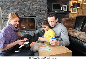 familia , fuego, reunido, colocar las tarjetas, juego