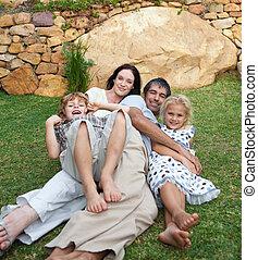 familia , gozar vida, en el jardín