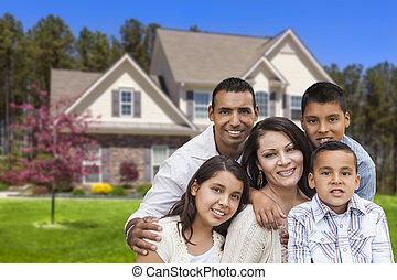 familia hispana, delante de, hermoso, casa