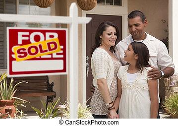 familia hispana, delante de, hogar, con, vendido, signo bienes raíces