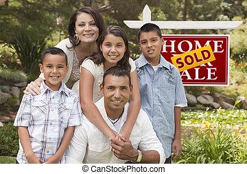 familia hispana, delante de, vendido, signo bienes raíces
