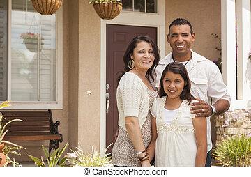 familia , hispano, su, casa frente, pequeño