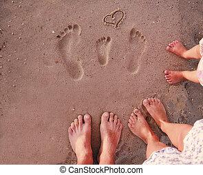 familia , huellas, en la arena