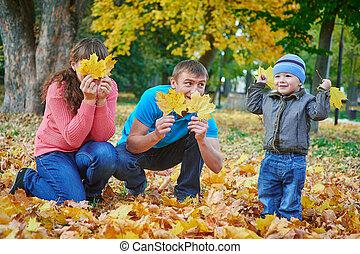familia joven, ambulante, en, otoño, parque