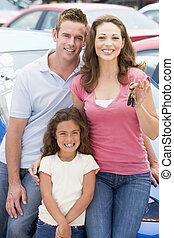 familia joven, cobrar, coche nuevo