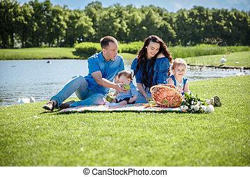 familia joven, con, niños, tener diversión, en, naturaleza