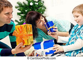 familia joven, con, regalos de navidad