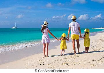 familia joven, de, cuatro, en, vacaciones caribes