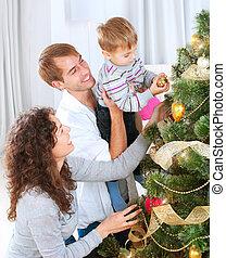 familia joven, decorar, un, árbol de navidad