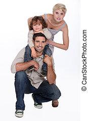 familia joven, posar, en, un, estudio