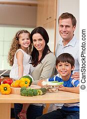 familia joven, posición, en la cocina