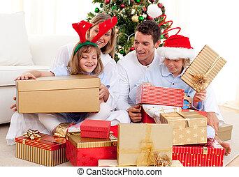 familia joven, tener diversión, con, regalos de navidad