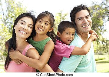 familia joven, tener diversión, en el estacionamiento