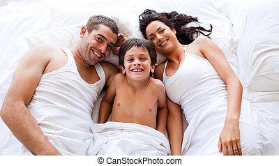 familia , juego, acostado, el suyo, hijo, en cama