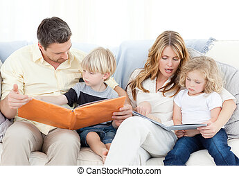 familia , leer un libro, en, su, sofá