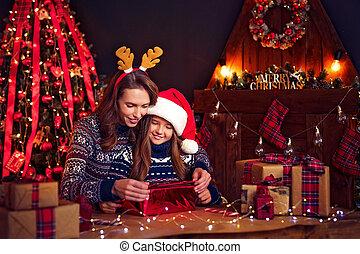 familia , madre, regalos, niño, navidad feliz, paquete