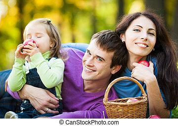 familia , merienda campestre que tiene, en el estacionamiento